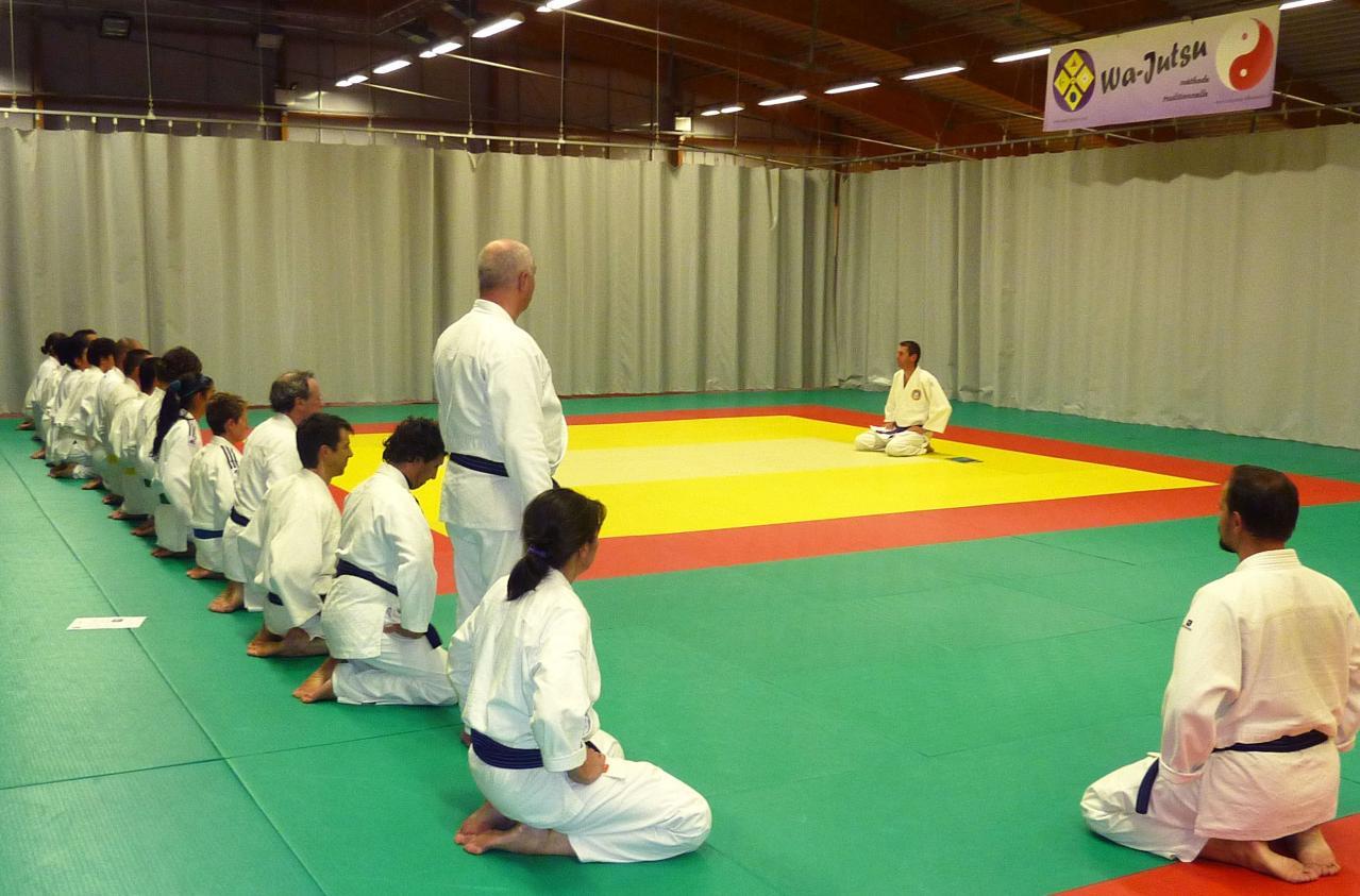 Salut de début de cours dojo Wa-Jutsu Villeneuvois